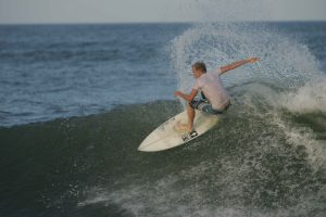 Surfer_maneuvers_a_front_side_cutback_to_generate_more_speed_on_a_wave
